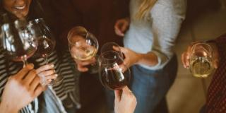 В Питере пить? Петербуржцы рассказали о потреблении вина